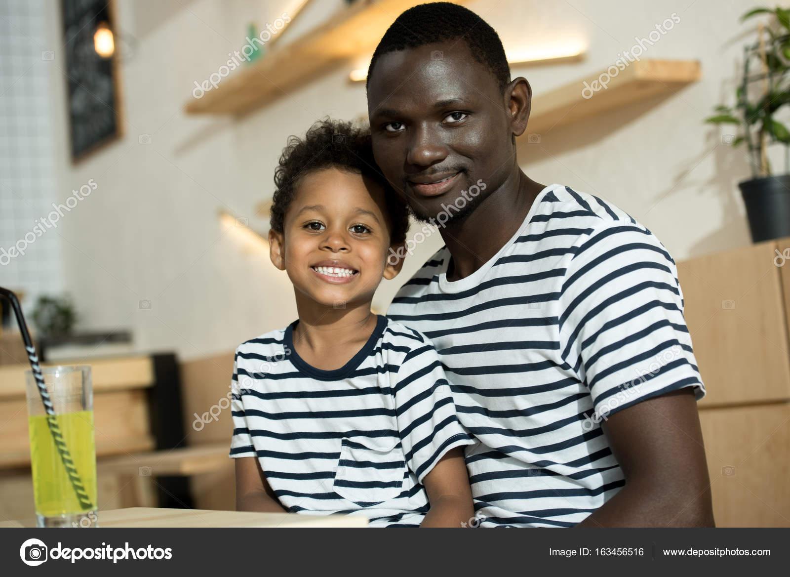 Heureux père et fils afro-américain image libre de droit