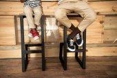 Fotografie Vater und Sohn sitzen auf Hockern