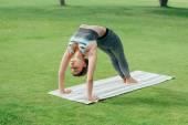 Kaukasische Frau beim Yoga
