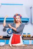 starke Hausfrau in der Küche