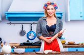 Photo housewife with dough and rolling pin