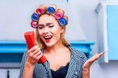 Rozzlobený hospodyňka mluví o telefonu