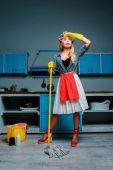 Hausfrau wischt Boden