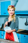 Hausfrau kocht in Küche
