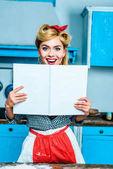 Hausfrau zeigt Kochbuch