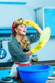 Hausfrau spült Geschirr