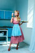 Fotografie Pin-up Hausfrau mit cupcakes