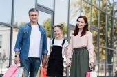 Fotografia famiglia con i sacchetti di shooping