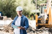 Fotografie construction worker with tablet