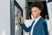 Fotografie africká americká podnikatelka s lístky na poznámky