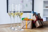 Photo champagne glasses and gift boxes