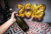 holdingové osoby láhev šampaňského