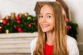 Photo girl in christmas decorated room