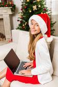 Photo teen girl using laptop