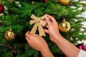 Nő Díszítő karácsonyfa