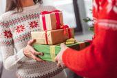 junges Paar mit Weihnachtsgeschenken