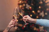 Paar trinkt Champagner zu Weihnachten