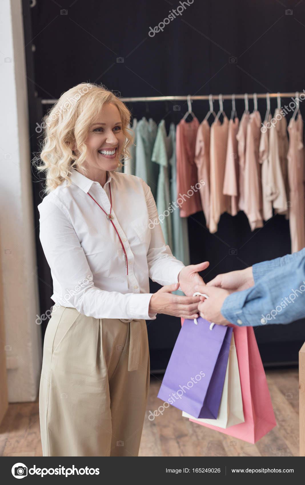 donna shopping nel negozio di vestiti — Foto Stock © AllaSerebrina ... 895e2383e99