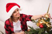 Fotografie žena zdobení vánoční strom