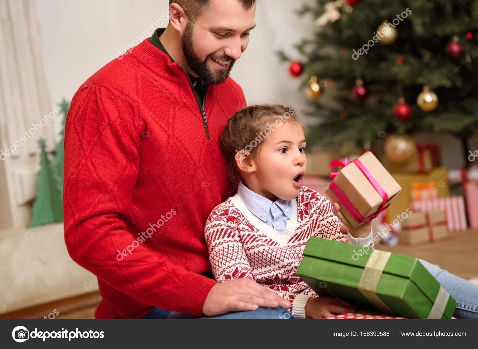 Padre e hija con regalos de navidad foto de stock - Regalos navidad para padres ...