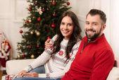 Fotografie šťastný mladý pár o Vánocích