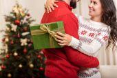 Pár s vánoční dárek