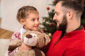 Fotografie glücklicher Vater und Tochter zu Weihnachten