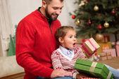 Vater und Tochter mit Weihnachtsgeschenken