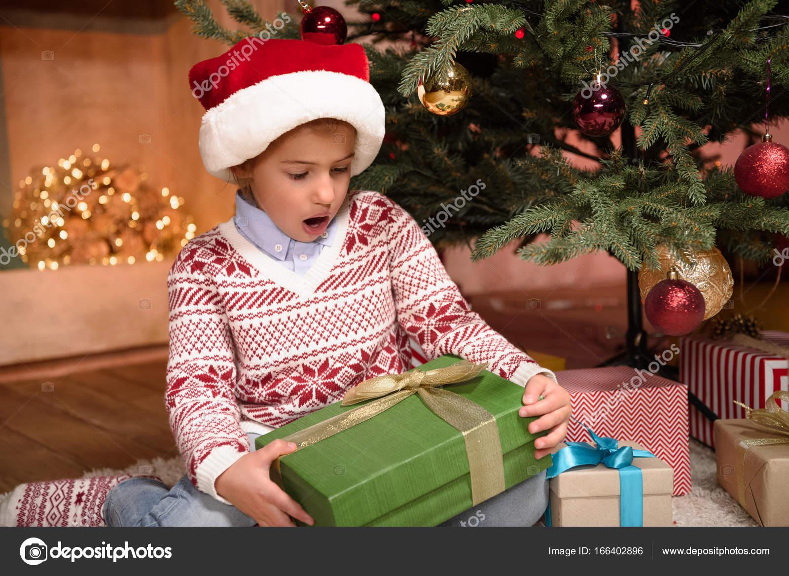 Kind hält Weihnachtsgeschenk — Stockfoto © AllaSerebrina #166402896