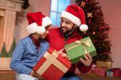 Fotografia padre e figlio con i regali di Natale