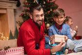 rodina s vánoční dárky