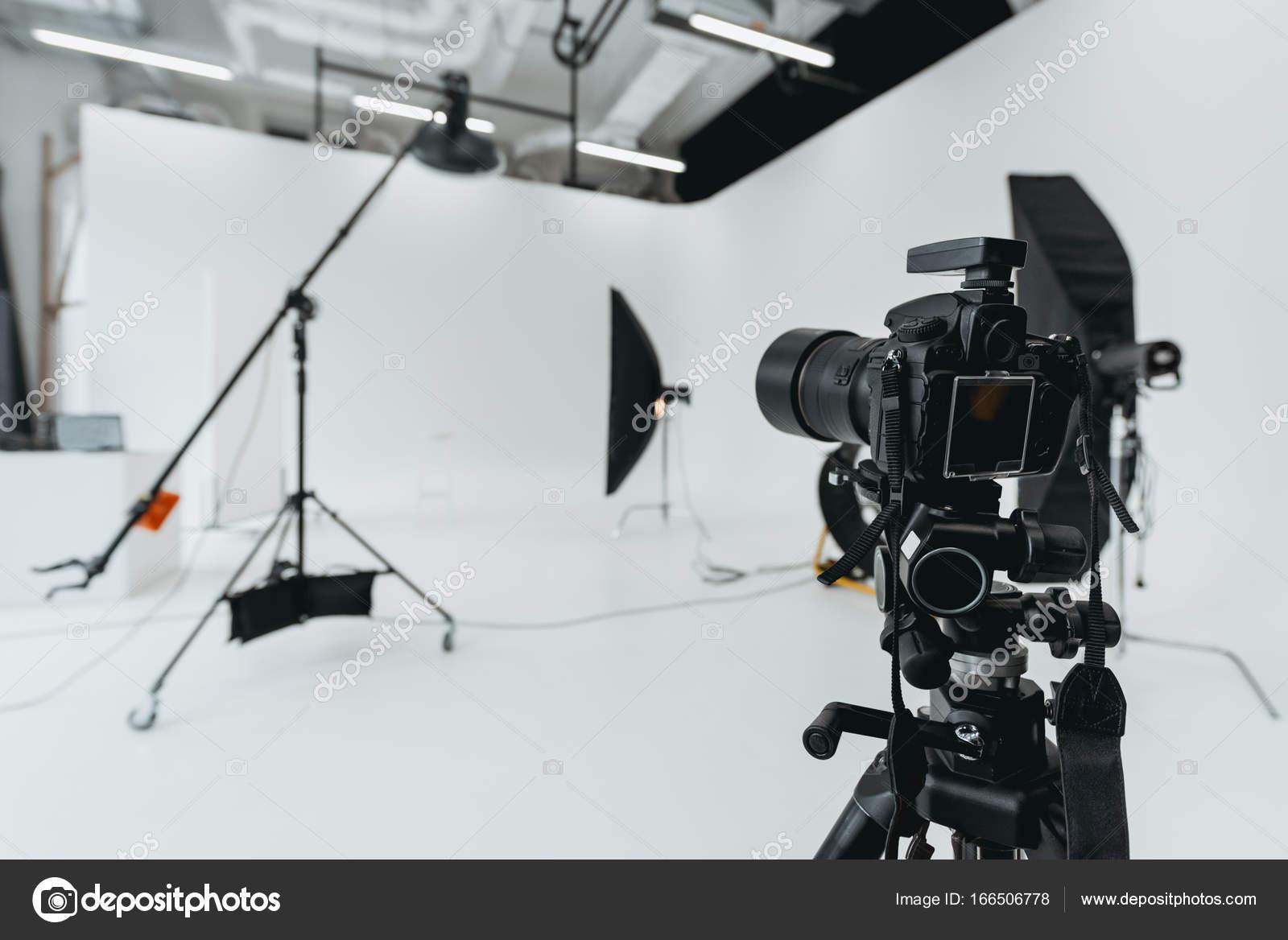 Superbe Appareil Photo Numérique En Studio Photo Avec Matériel Du0027éclairage Et  Softbox U2014 Image De AllaSerebrina