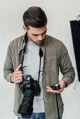 Fényképész-val fényképezőgép és a fénymérő