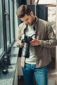 profesionální fotograf s digitálním fotoaparátem