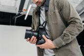 Fotograf mit Digitalkamera und Objektiv