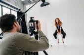Fotografia fotografo e modello su moda sparare