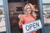 majitel kavárny se symbolem otevřené