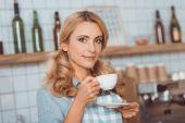 majitel kavárny pití kávy