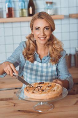 waitress cutting pie