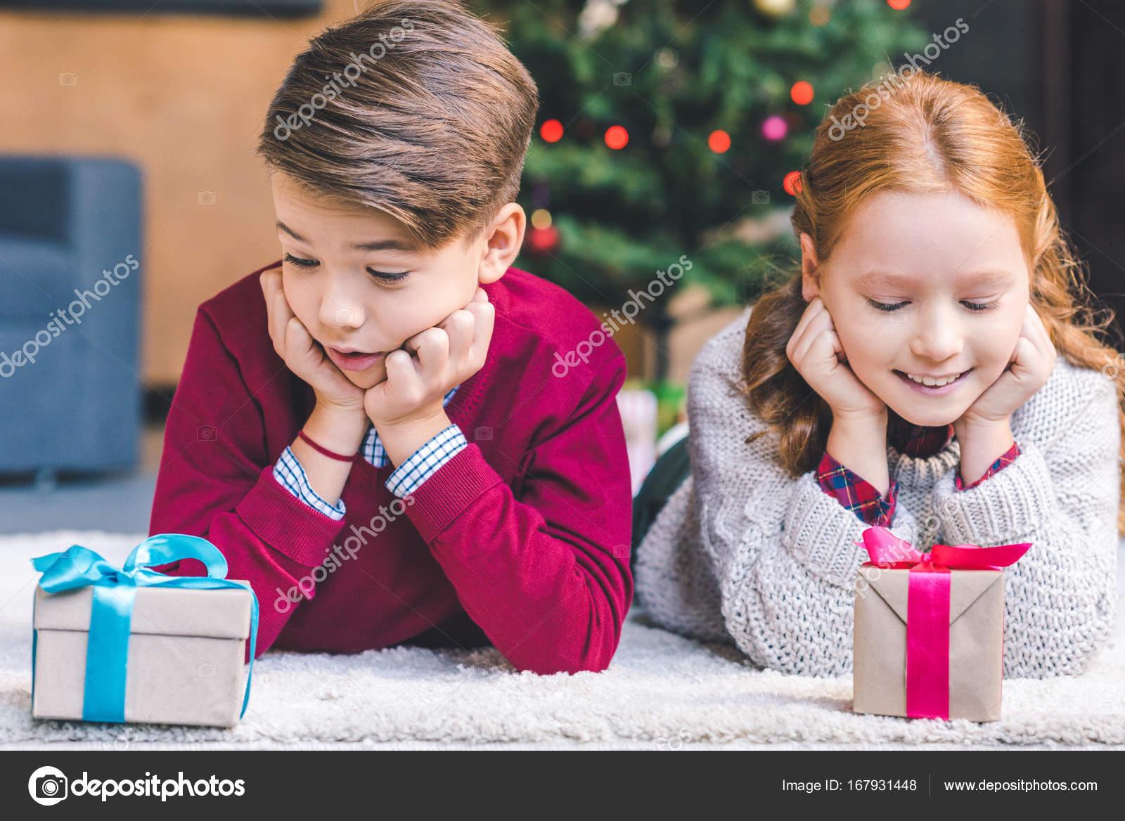 Bruder und Schwester mit Weihnachtsgeschenke — Stockfoto ...
