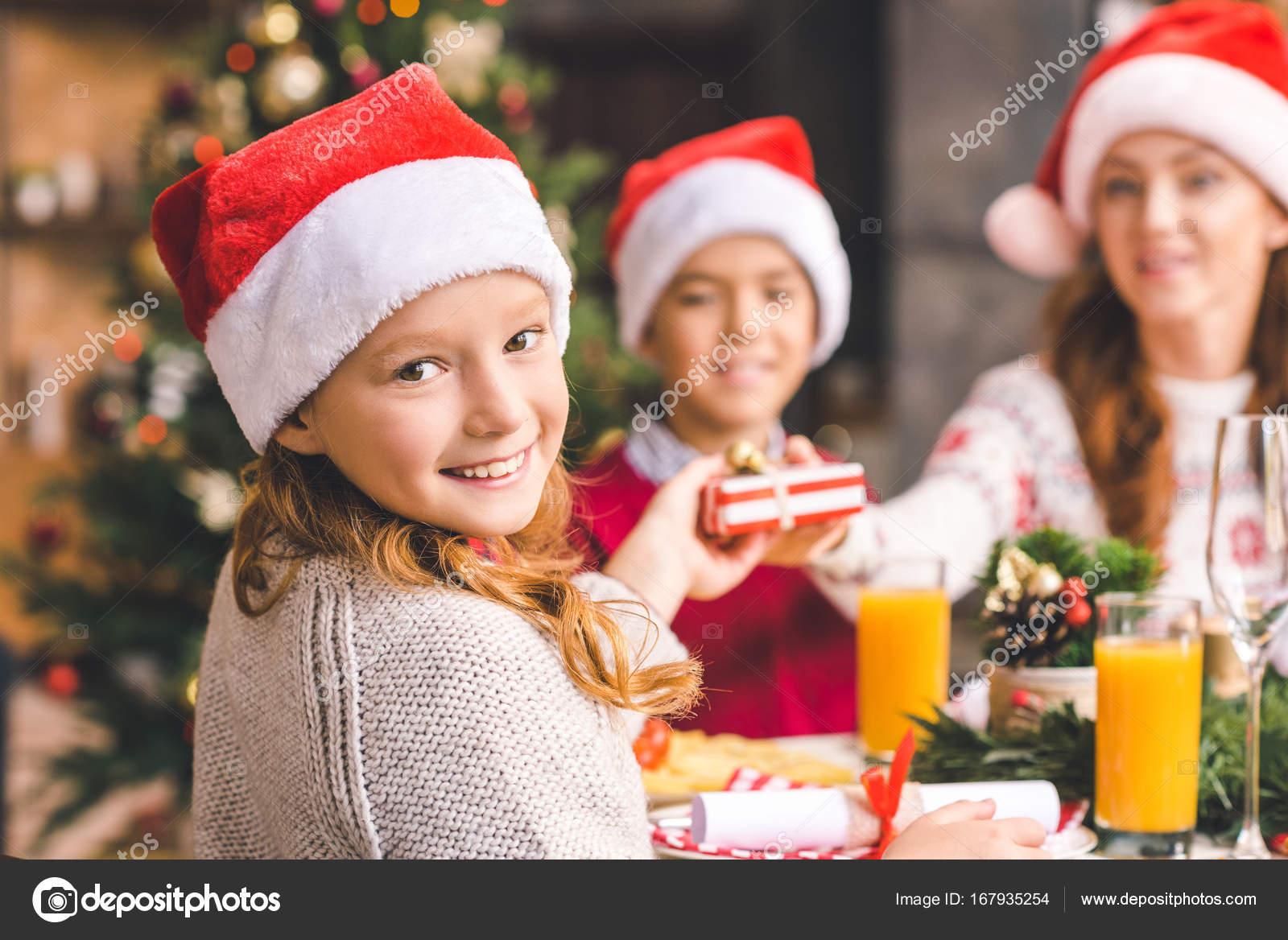 Mutter Und Kinder Geschenke Zu Weihnachten Stockfoto
