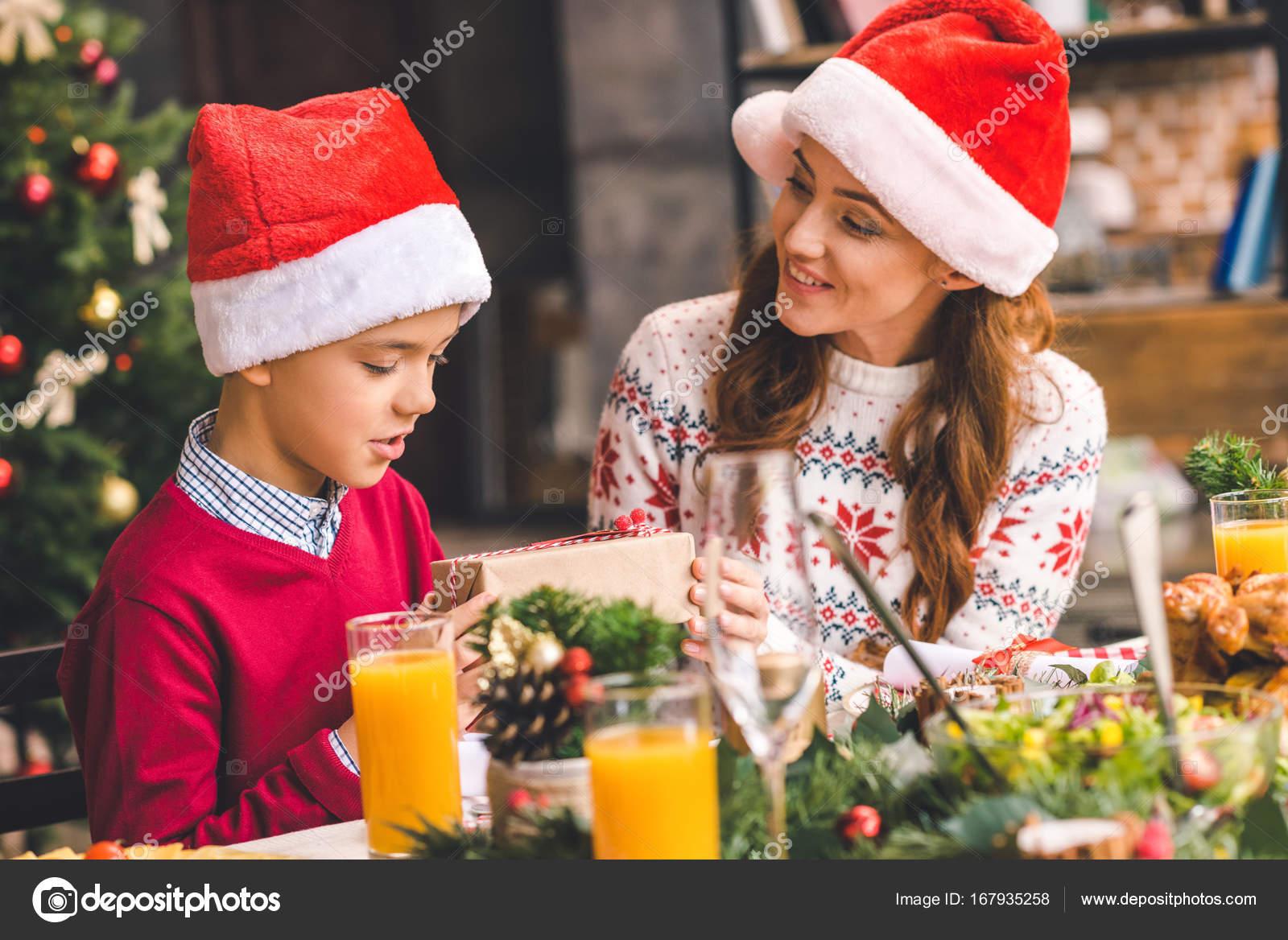 Madre dando un regalo para su hija: fotografía de stock