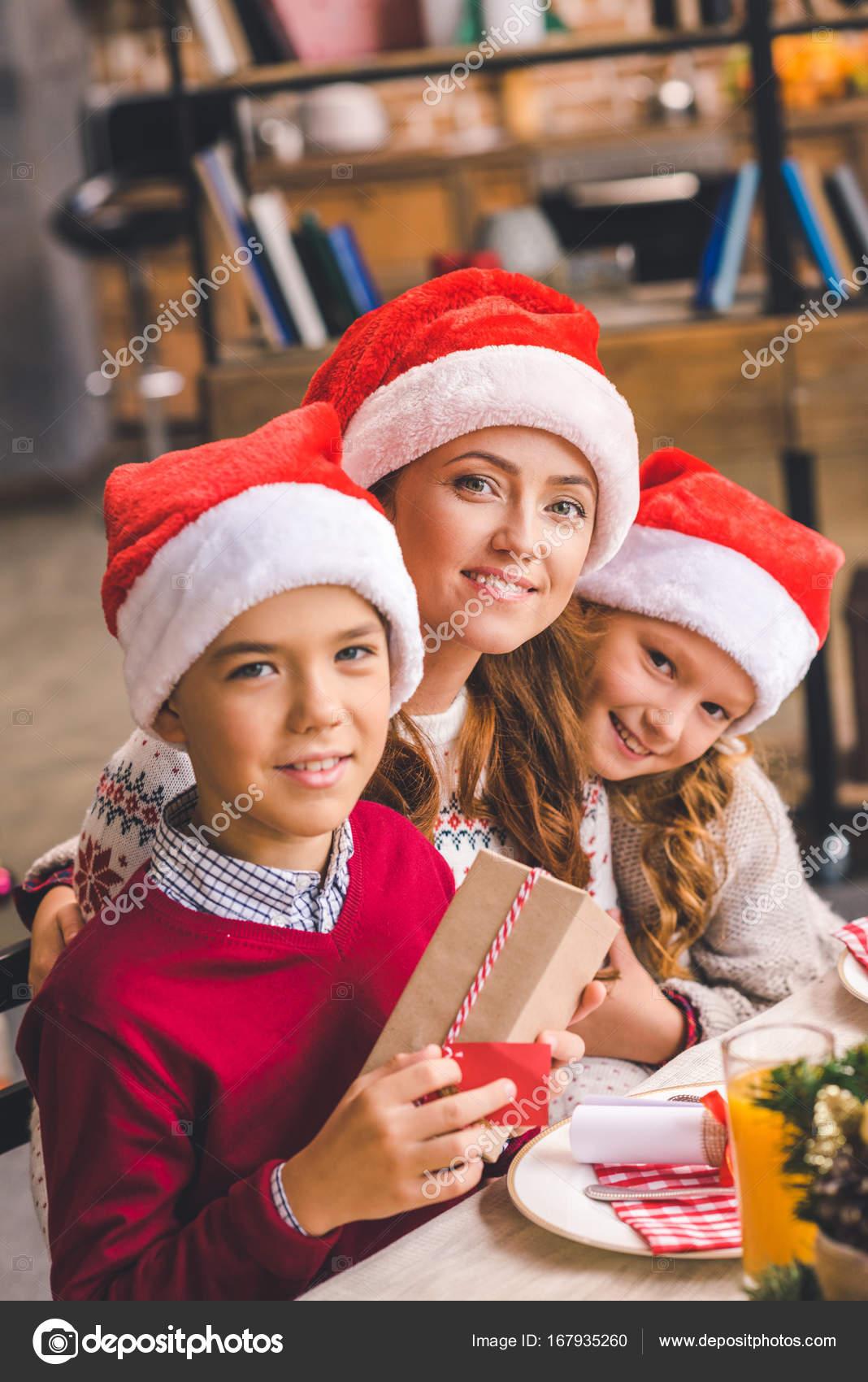 Mutter und Kinder mit Weihnachtsgeschenk — Stockfoto © AllaSerebrina ...