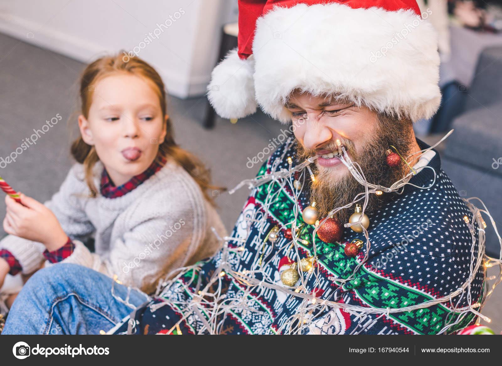 Fille Ligotée père et fille ligotée avec guirlande — photographie allaserebrina