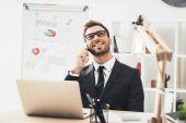 üzletember beszél telefonon