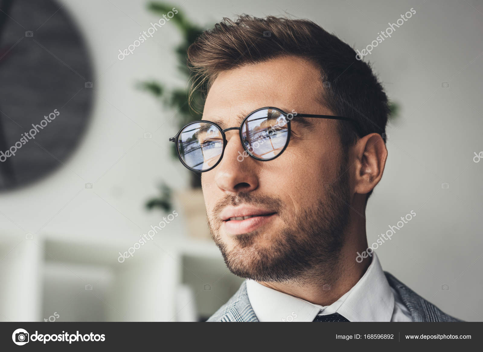 85c2c0f3eb Fotografie: uomo con occhiali da vista | uomo d'affari in abito alla ...