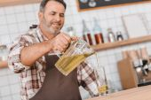 Fotografie bartender pouring apple juice in glass
