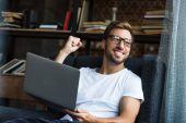 Fotografie Jubelnden Mann mit laptop