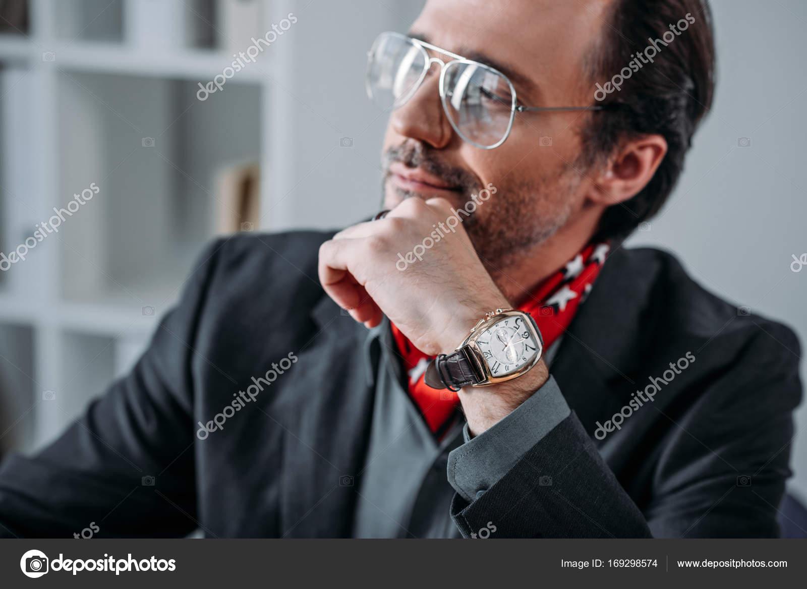 homme d 39 affaires avec la main sur le menton photographie allaserebrina 169298574. Black Bedroom Furniture Sets. Home Design Ideas