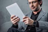 Fotografie podnikatel pomocí digitálních tablet